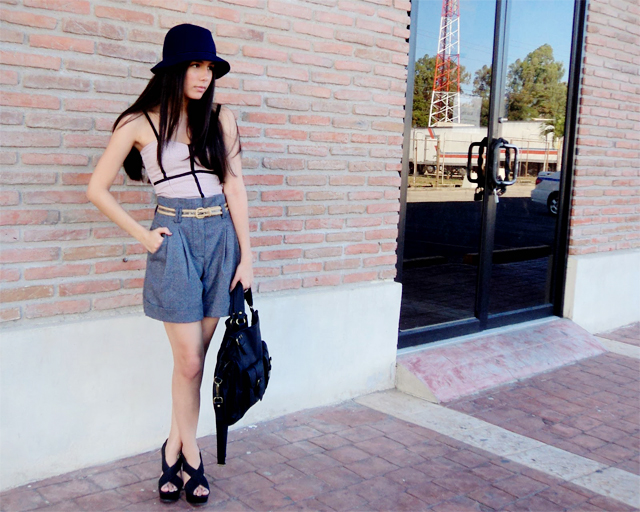 High-waisted shorts outfit and felt hat
